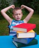 Gniewny chłopiec nienawiści czytanie obrazy stock