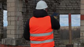 Gniewny Cywilny inżynier opowiada blisko budynku zbiory wideo