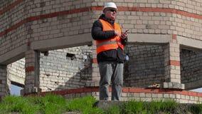 Gniewny Cywilny inżynier opowiada pastylka peceta i używa zbiory