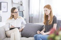 Gniewny dziewczyny obsiadanie w psychotherapy zdjęcie royalty free