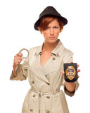 Gniewny Żeński detektyw Z kajdankami i odznaka W okopu żakiecie Zdjęcie Royalty Free