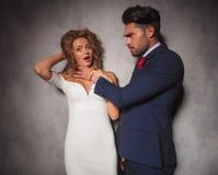 Gniewny elegancki mężczyzna dławi jego kochanka Obraz Stock