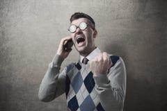 Gniewny facet wrzeszczy przy telefonem Obraz Stock