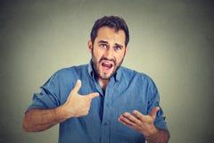 Gniewny facet wskazuje przy on pyta ci sposób ja, ty opowiada ja Obrazy Royalty Free
