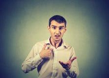 Gniewny facet wskazuje przy on pyta ci sposób ja, ty opowiada ja Zdjęcie Royalty Free