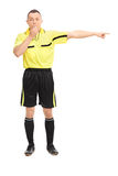 Gniewny futbolowy arbiter dmucha gwizd Zdjęcie Royalty Free