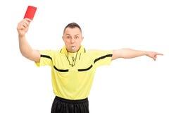 Gniewny futbolowy arbiter pokazuje czerwoną kartkę obraz royalty free