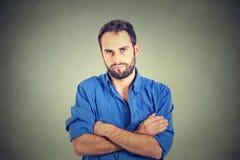 Gniewny gderliwy młody człowiek patrzeje bardzo nierady zdjęcia stock
