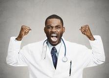 Gniewny grubiański wzburzony męski opieka zdrowotna profesjonalista, lekarka Obraz Royalty Free
