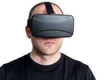 Gniewny i twardy mężczyzna używa rzeczywistości wirtualnej słuchawki odizolowywającą na wh fotografia stock