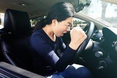Gniewny kierowca wrzeszczy w jej samochodzie zdjęcie royalty free