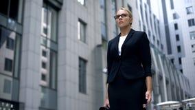 Gniewny kobieta bankowiec z smartphone, dostaje złą wiadomość ciężka praca, motywacja fotografia stock