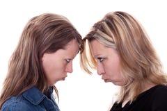 gniewny kobieta stawia czoło innej kobiety dwa Zdjęcia Royalty Free