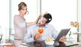 Gniewny kobiety ciągnięcia tort w twarzy chłopaka cyganienie zdjęcia royalty free