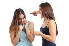 Gniewny kobiety nadużywać inny okaleczał jeden zdjęcia stock