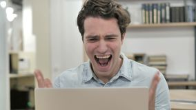 Gniewny Kreatywnie mężczyzna Krzyczy podczas gdy Reagujący strata zdjęcie wideo