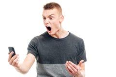 Gniewny mężczyzna krzyczy na telefonie obrazy royalty free