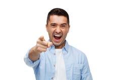 Gniewny mężczyzna krzyczy palec na tobie i wskazuje Zdjęcie Royalty Free