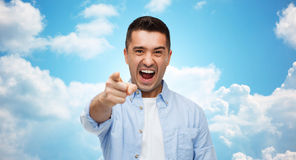 Gniewny mężczyzna krzyczy palec na tobie i wskazuje Obrazy Stock