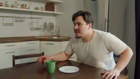 Gniewny mężczyzna krzyczy, zagrażający kobiety w kuchni zdjęcie wideo