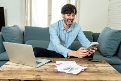 Gniewny mężczyzna płaci rachunki z laptopem i kalkulatorem jak do domu zdjęcia stock