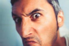 Gniewny mężczyzna patrzeje kamerę Zdjęcia Stock