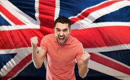 Gniewny mężczyzna pokazuje pięści nad brittish flaga obraz royalty free