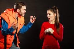 Gniewny mężczyzna ratownik krzyczy przy kobieta ratownikiem Obraz Stock