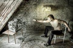 Gniewny mężczyzna Roztrzaskuje TV ekran Fotografia Royalty Free