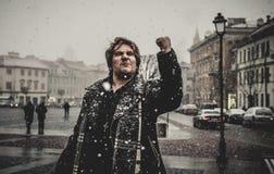 Gniewny mężczyzna w zimie zdjęcie royalty free