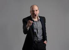 Gniewny mężczyzna wskazuje jego palcowego przeciw somebody zdjęcia stock