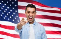 Gniewny mężczyzna wskazuje na tobie nad flaga amerykańską Obraz Stock