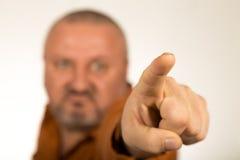 Gniewny mężczyzna wskazuje palec przy tobą z brodą Fotografia Royalty Free