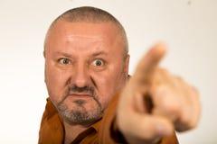 Gniewny mężczyzna wskazuje palec przy tobą z brodą obraz royalty free