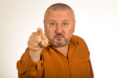 Gniewny mężczyzna wskazuje palec przy tobą z brodą obrazy stock