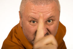Gniewny mężczyzna wskazuje palec przy tobą z brodą Obrazy Royalty Free