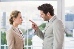 Gniewny mężczyzna wskazuje przy jego kolegą Zdjęcia Royalty Free