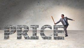 Gniewny mężczyzna z kija bejsbolowego ciupnięcia ceny słowem Obrazy Stock