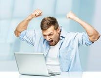 Gniewny mężczyzna za laptopem fotografia stock