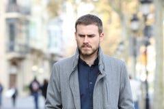 Gniewny mężczyzny odprowadzenie w ulicie obraz royalty free