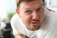 Gniewny mężczyzny wroga spojrzenie w kamerę przy fotografia stock