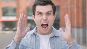 Gniewny młodego człowieka krzyczeć plenerowy zbiory wideo