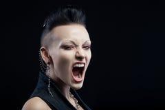 Gniewny młodej kobiety krzyczeć odizolowywam na czarnym tle Fotografia Stock