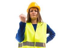 Gniewny młody żeński architekt pokazuje pięść obraz stock