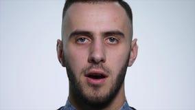 Gniewny młody człowiek na białym tle z bliska swobodny ruch zdjęcie wideo