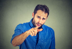 Gniewny młody człowiek wskazuje palec przy someone obrazy stock