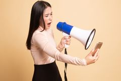 Gniewny m?ody Azjatycki kobieta krzyk z megafonem telefon kom?rkowy zdjęcie stock