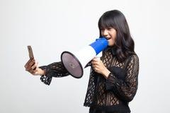 Gniewny m?ody Azjatycki kobieta krzyk z megafonem telefon kom?rkowy fotografia royalty free