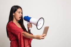 Gniewny m?ody Azjatycki kobieta krzyk z megafonem telefon kom?rkowy fotografia stock