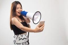 Gniewny m?ody Azjatycki kobieta krzyk z megafonem telefon kom?rkowy obrazy stock